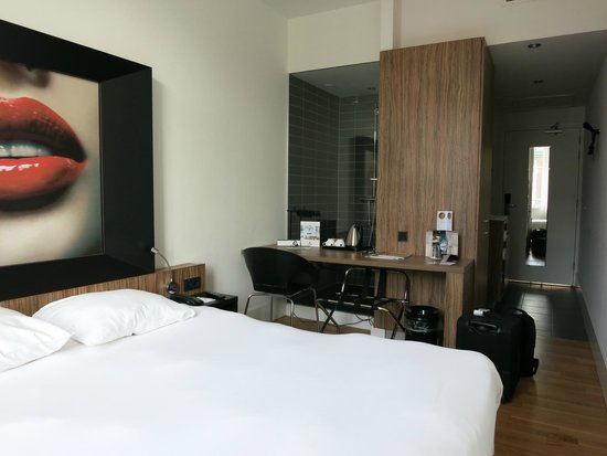 Hampshire Designhotel - Maastricht: Bed, desk and bathroom cramped togehter