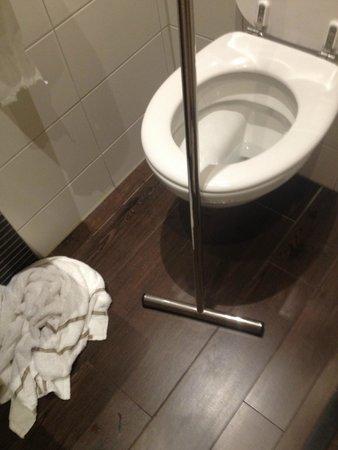Hotel Amsterdam - De Roode Leeuw: Baño sin cortina en ducha. de 1x1