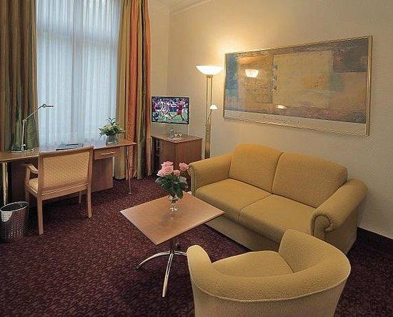 Hotel Am Schloss Aurich: Wohnraum der Suite