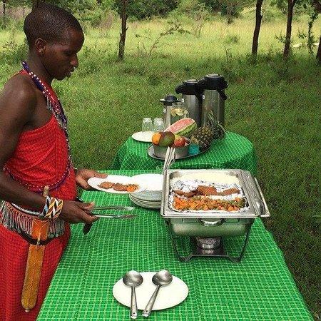 Oldarpoi Mara Camp: Outdoor lunch