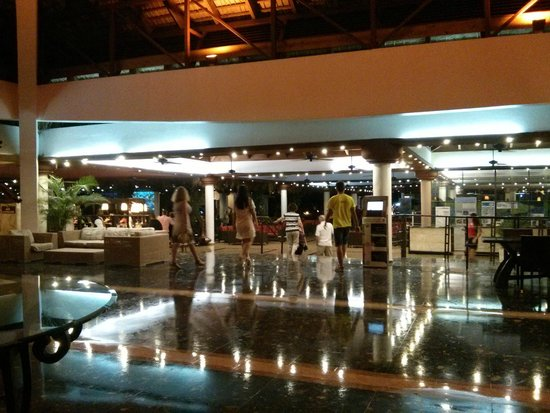 Sirenis Punta Cana Resort Casino & Aquagames: Bar situé vers l'accueil