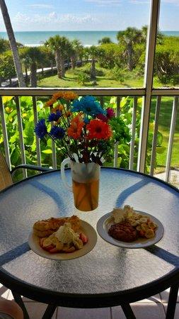 Tortuga Beach Club Resort: Breakfast on the lanai @ Tortuga Beach Club!