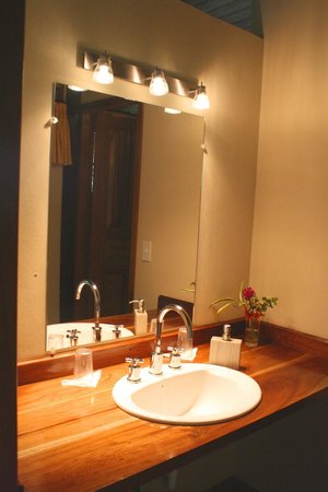 Yachana Lodge : Private Bath and Sink Area