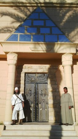 Pyramids Luxor Hotel: Palacio faraonico a orillas del Nilo