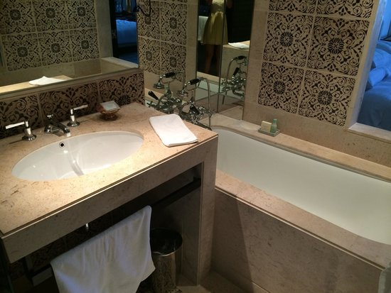 Grand Hyatt Erawan Bangkok: Grand king-- super small toilet