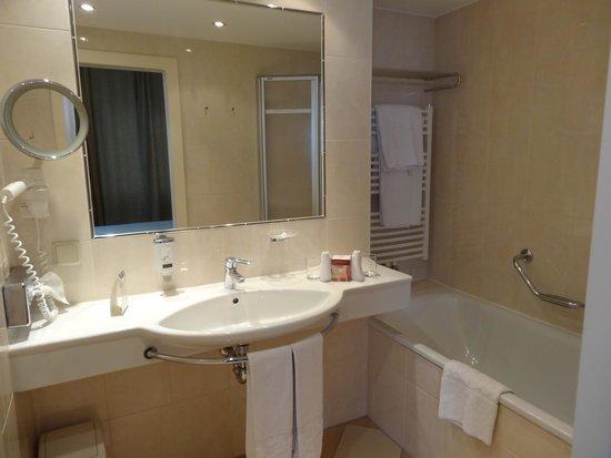 Hotel Stefanie: La salle de bain