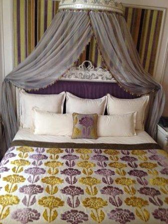 Hotel Balzac: кровать