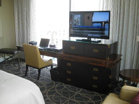 Omni Nashville Hotel: Desk & Big Screen