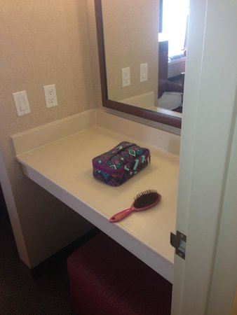 Homewood Suites by Hilton Albuquerque - Journal Center : Also contains a nice make up area with an ottoman