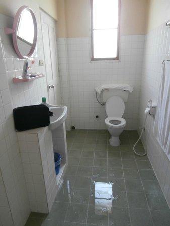 Winner Inn : il bagno nell'insieme dopo la doccia l'acqua lo attraversa