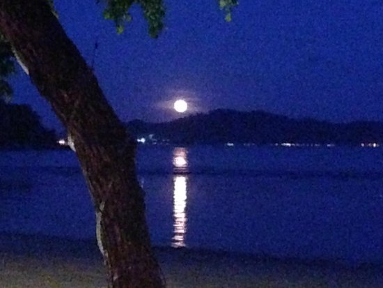 Vivanta by Taj Rebak Island, Langkawi: The moonrise, as clicked from one of the bars on the beach