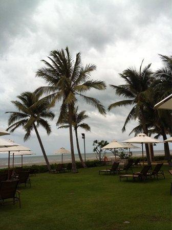 Sheraton Hua Hin Resort & Spa: Bij het zwembad en uitzicht op zee