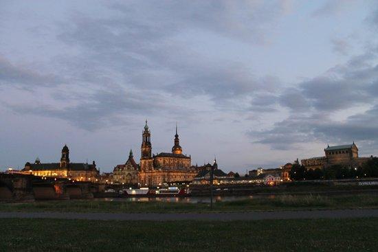Elbufer Dresden: in der dämmerung