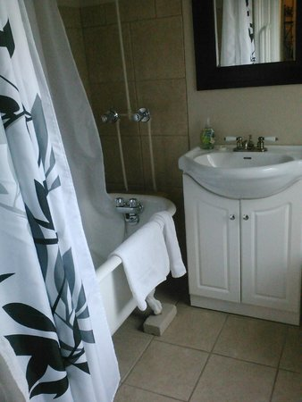 Cabot House: bathroom