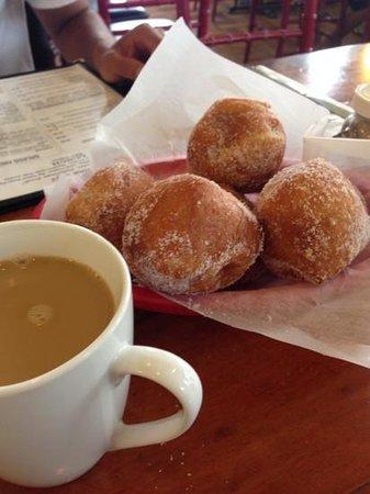 Mahina Cafe: hot malassadas and kona coffee