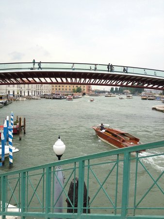 Gran Canal: One of the larger foot bridges over the Grand Canal