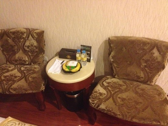 Hanoi Tirant Hotel: Complimentary bottled water, bananas and cake's