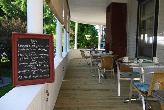 B&B Vert Le Mont: Breakfast on the verandah - lots of choices!