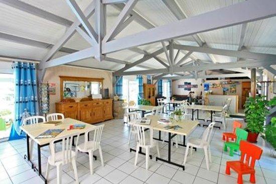 Village Vacances Les Ventoulines : Salle commune;bibliothèque, babyfoot, bar, ordinateur, etc...