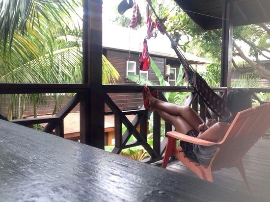 Bananarama Beach and Dive Resort: Patio area is relaxing
