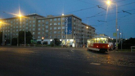 Hotel Mars: Rua do hotel e bonde