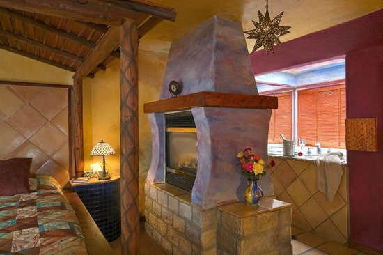 Inn at Avila Beach: The double sided fireplace in our Classic Spa Room