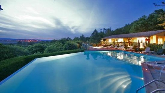 Village Vacances Les Ventoulines : Piscine à débordement sur deux faces de nuit