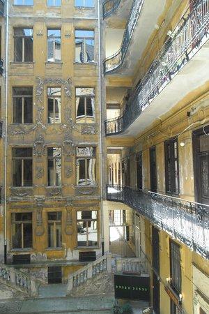 Zsófi's House Hostel : Внутренний двор дома