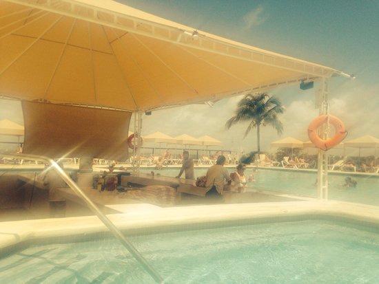 Crown Paradise Club Cancun : Swim up adult bar & pool