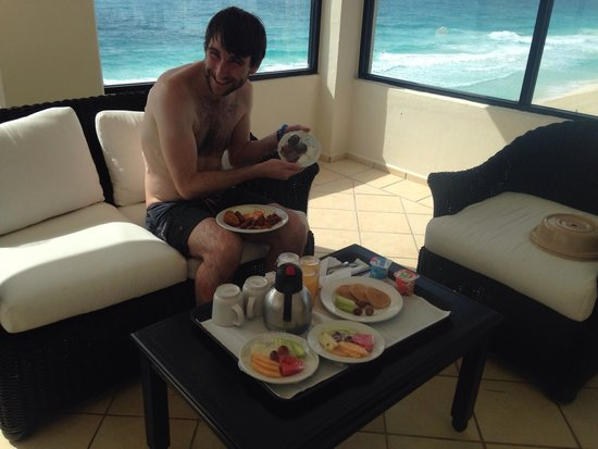 Crown Paradise Club Cancun : Gorgeous breakfast on the balcony