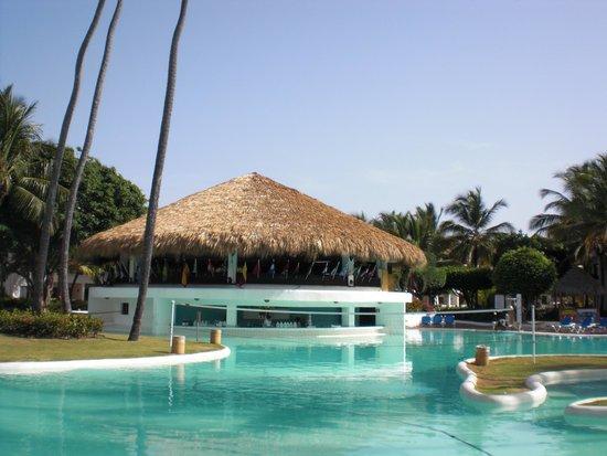 Occidental Grand Punta Cana: poolside bar