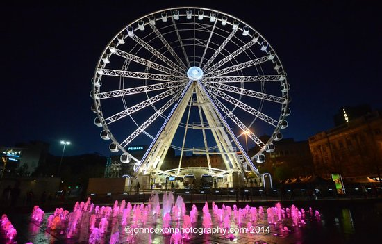 Piccadilly Gardens: the Manchehster eye- the big wheel with the magical fountains a wonderful foreground!