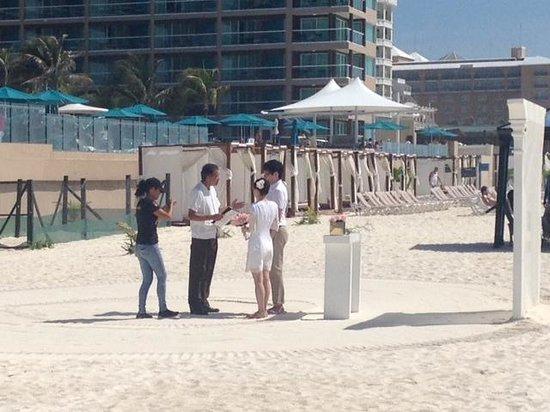 JW Marriott Cancun Resort & Spa: wedding on beach