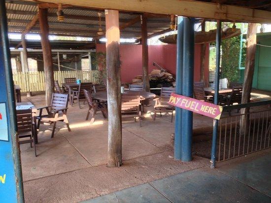 Kumarina Roadhouse: outside eating area