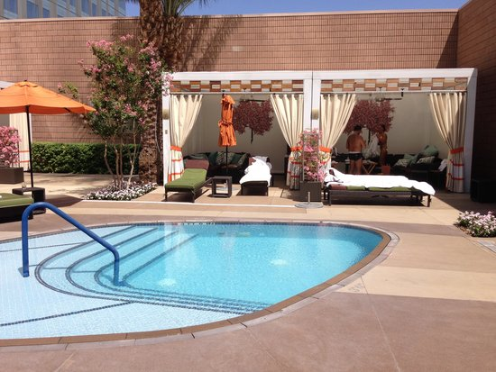 Mandarin Oriental, Las Vegas : The pool cabanas by the smoking section (not many smokers though)