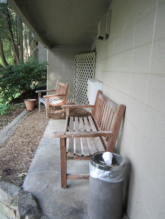 Riverhouse Motels : presuumed smoking area near the river