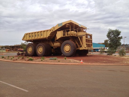 Newman Visitor Centre: Mining truck within the car-park