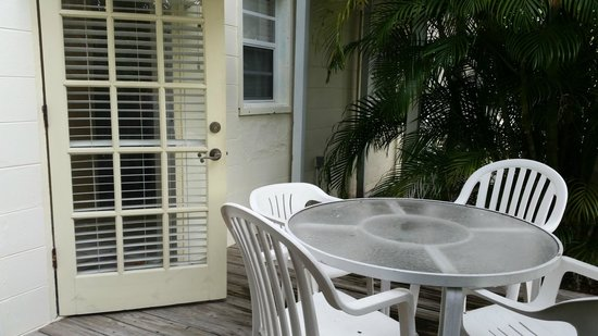 Cedar Cove Resort & Cottages : small deck out side in the back porch