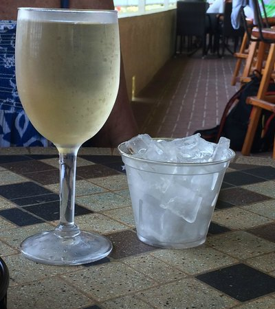 Sunset Grille: Very decent wine pour!