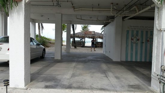 Cedar Cove Resort & Cottages : parking for the suits.