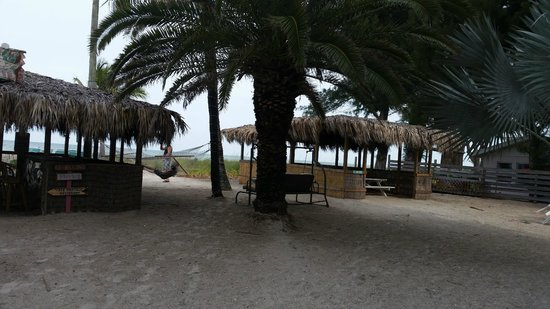 Cedar Cove Resort & Cottages: going to the beach. hammocks, dinning area and mini bar