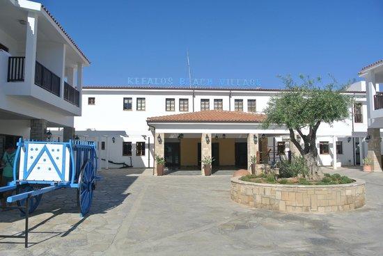 Kefalos Beach Tourist Village: voor aanzicht van kefalos beach + entree