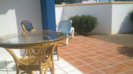 Apartamentos El Minarete: terraza y jardin