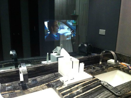 Ivy Boutique Hotel: The little TV screen behind the dim bathroom mirror.