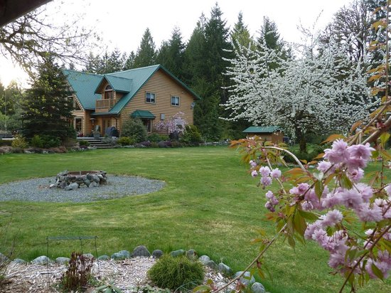 Cowichan River Wilderness Lodge: Beautiful Spring Garden