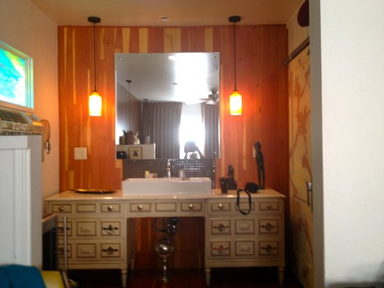 The Motor Lodge: Dresser area