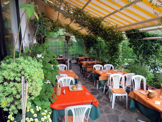 Pizzeria Balognett: Outdoor Seating Area