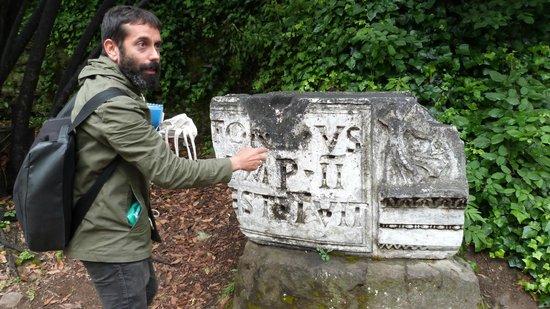 LivItaly Tours: Explaining inscriptions at the Forum