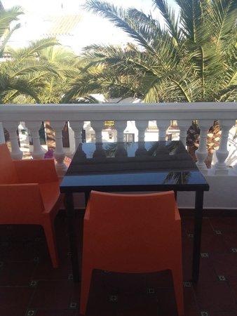 Hotel Pueblo - Boutique Hotel: Terrasse face aux palmiers
