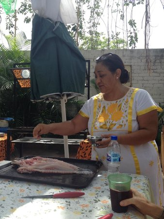 Patio Mexica Cooking School : Monica making the fish